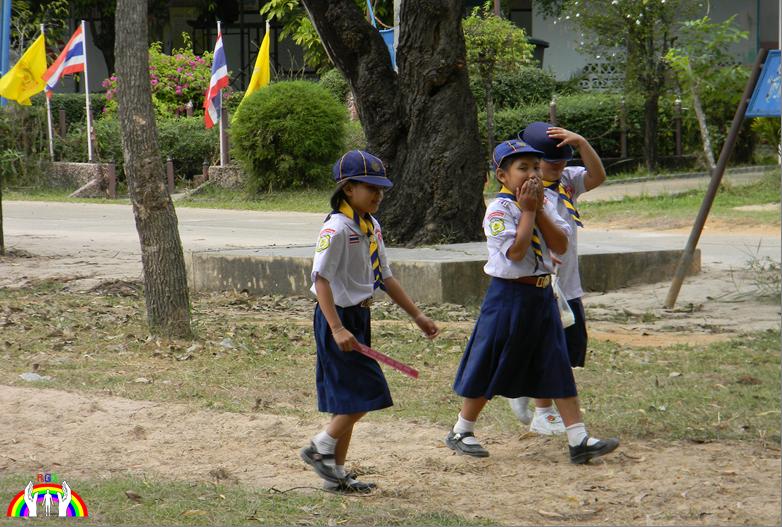 Mädchen im Schulgelände RGR