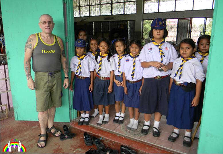 Stolze Thai Schulmädchen mit Rudy RGR
