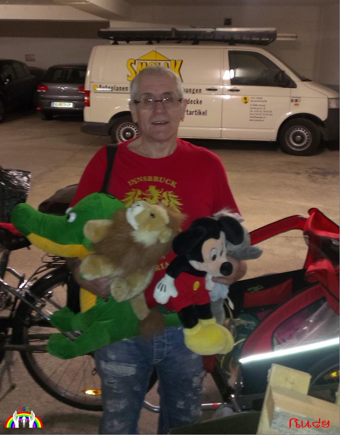 Rudy mit Geschenke vom Flohmarkt RGR