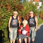 15 Mama mit Söhnen am spazieren RGR
