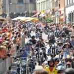 Stadtdurchfahrt bei Parade RGR