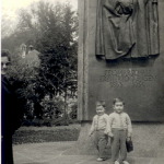 4 Rudy & Gery mit Mama vor Denkmal IBK RGR