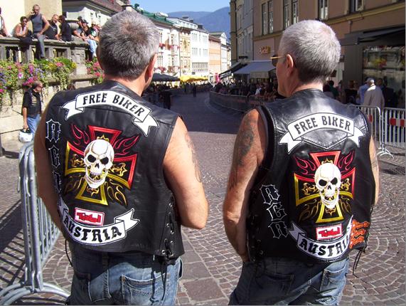 Gery & Rudy mit Kutte von hinten am Hauptplatz Villach RGR