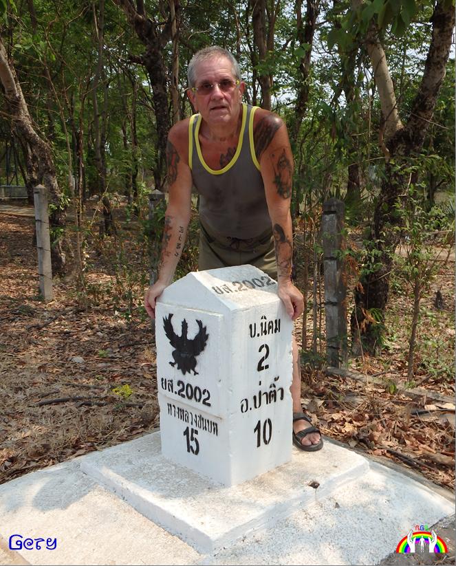 Gery am Straßenkilometerstein in Thailand RGR
