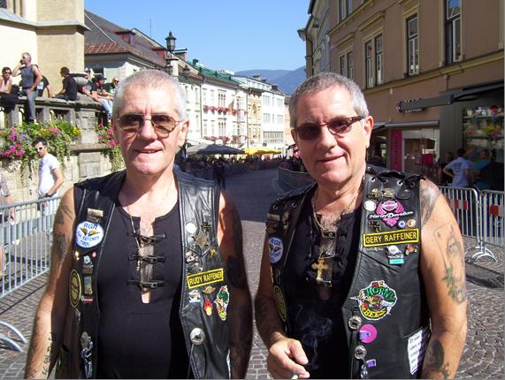 Rudy & Gery mit Kutte von vorne am Hauptplatz Villach RGR